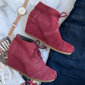 Toms red lace up suede wedge desert ankle bootie 6